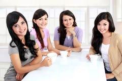 Groupe de femmes ayant le thé à la maison Photographie stock libre de droits