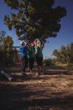 Groupe de femmes d'ajustement donnant la haute cinq entre eux dans le camp de botte Photographie stock libre de droits