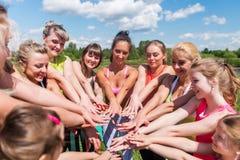 Groupe de femmes d'ajustement remontant leurs mains dehors Photos stock