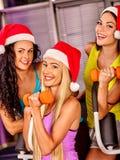 Groupe de femmes d'amis dans le gymnase de sport tenant des haltères Image stock