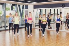 Groupe de femmes dans le centre de fitness avec la bande de résistance Images stock