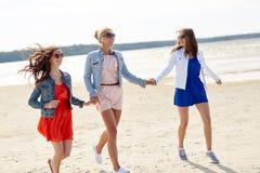 Groupe de femmes de sourire dans des lunettes de soleil sur la plage Photographie stock