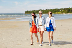 Groupe de femmes de sourire dans des lunettes de soleil sur la plage Photographie stock libre de droits