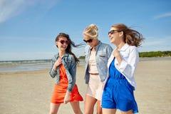 Groupe de femmes de sourire dans des lunettes de soleil sur la plage Photos libres de droits