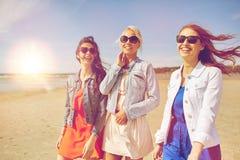 Groupe de femmes de sourire dans des lunettes de soleil sur la plage Photo libre de droits
