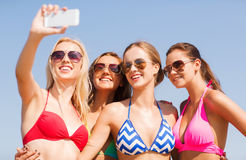 Groupe de femmes de sourire faisant le selfie sur la plage Photographie stock