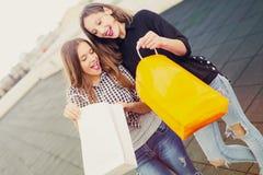Groupe de femmes de sourire heureuses faisant des emplettes avec les sacs colorés Photo libre de droits
