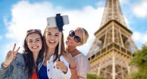 Groupe de femmes de sourire prenant le selfie à Paris Photos libres de droits