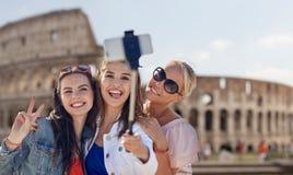 Groupe de femmes de sourire prenant le selfie à Rome Image stock
