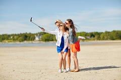 Groupe de femmes de sourire prenant le selfie sur la plage Images stock