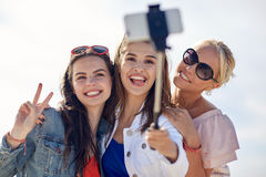Groupe de femmes de sourire prenant le selfie sur la plage Photo stock