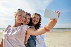 Groupe de femmes de sourire prenant le selfie sur la plage Photo libre de droits