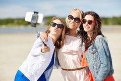 Groupe de femmes de sourire prenant le selfie sur la plage Photographie stock