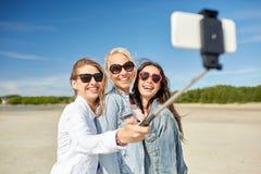 Groupe de femmes de sourire prenant le selfie sur la plage Photographie stock libre de droits
