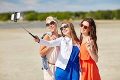 Groupe de femmes de sourire prenant le selfie sur la plage Images libres de droits