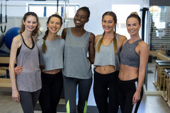 Groupe de femmes de sourire se tenant ainsi que des bras autour Photos libres de droits