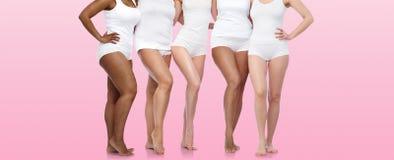 Groupe de femmes diverses heureuses dans les sous-vêtements blancs Photographie stock libre de droits