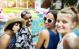 Groupe de femmes diverses prenant le selfie par la piscine Images libres de droits