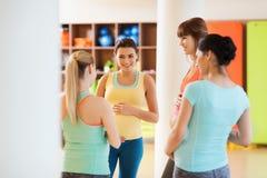 Groupe de femmes enceintes heureuses parlant dans le gymnase Photo stock