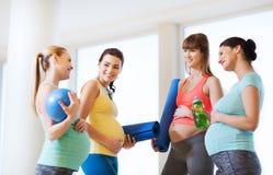 Groupe de femmes enceintes heureuses parlant dans le gymnase Images libres de droits