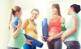 Groupe de femmes enceintes heureuses parlant dans le gymnase Photographie stock libre de droits