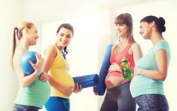 Groupe de femmes enceintes heureuses parlant dans le gymnase Image stock