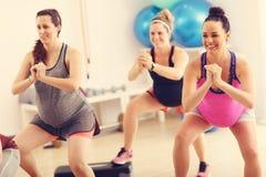 Groupe de femmes enceintes pendant la classe de forme physique Images stock