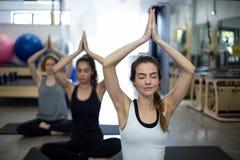 Groupe de femmes faisant le yoga Photographie stock