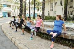 Groupe de femmes faisant presse-UPS inverse photos stock