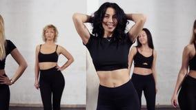 Groupe de femmes folâtres attirantes marchant vers le centre de la salle de bal, ayant l'amusement, appréciant la classe de bacha banque de vidéos