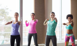 Groupe de femmes heureuses établissant dans le gymnase Photo stock