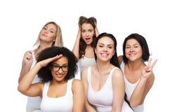 Groupe de femmes heureuses dans les sous-vêtements blancs ayant l'amusement Photo libre de droits