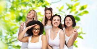 Groupe de femmes heureuses dans les sous-vêtements blancs ayant l'amusement Photos stock