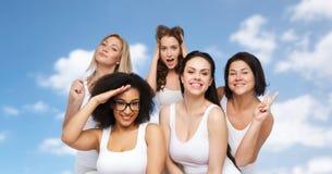Groupe de femmes heureuses dans les sous-vêtements blancs ayant l'amusement Photographie stock libre de droits