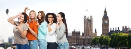 Groupe de femmes heureuses prenant le selfie à Londres Photos stock