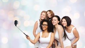 Groupe de femmes heureuses prenant le selfie par smartphoone Photo stock