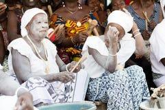 Groupe de femmes initiées chantant à une cérémonie traditionnelle photos stock