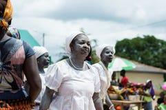 Groupe de femmes initiées chantant et dansant à un ce traditionnel Image stock