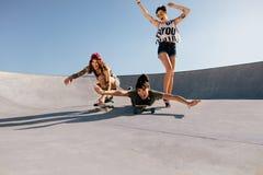 Groupe de femmes jouant avec des planches à roulettes Images stock