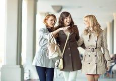 Groupe de femmes joyeuses riant ensemble Photographie stock