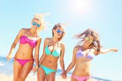 Groupe de femmes marchant le long de la plage Image stock