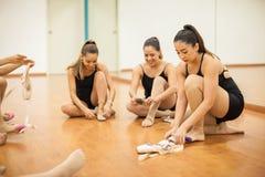Groupe de femmes obtenant prêt à danser Image libre de droits