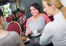Groupe de femmes prenant une conversation au-dessus d'une tasse de café Photo stock