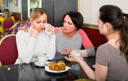Groupe de femmes prenant une conversation compliquée Image stock