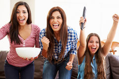 Groupe de femmes s'asseyant sur Sofa Watching Sport Together Photos stock