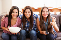 Groupe de femmes s'asseyant sur Sofa Watching Sport Together Image stock