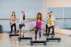 Groupe de femmes s'exerçant sur de pas aérobie Photo libre de droits
