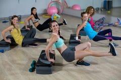 Groupe de femmes s'exerçant sur de pas aérobie Photographie stock libre de droits