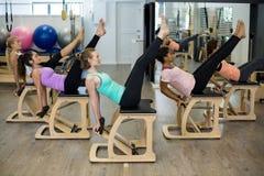 Groupe de femmes s'exerçant sur la chaise de wunda Photographie stock