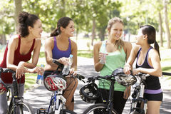Groupe de femmes se reposant pendant le tour de cycle par le parc Photo stock